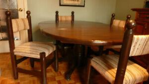 TABLE EN PIN ANTIQUE OVALE OU RONDE ET 4 CHAISES
