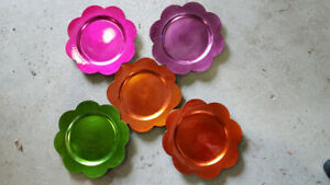 5 Plastic Flower Shaped Charger Plates