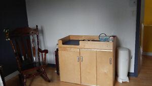 table  de travail avec 6 chaises et table a langer.