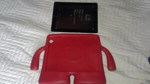 IPAD 2nd Generation 16GB Screen Cracked but still works