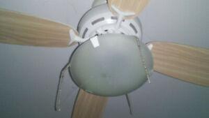 ventilateur de plafond blanc usagé
