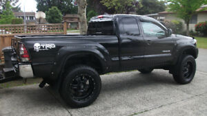 "2014 TOYOTA TACOMA V6 4X4. 6"" LIFT. 35"" TIRES. LOW KM'S."