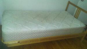 Set de chambre simple et chaise / single bedroom set & chair