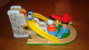 Thomas wooden train track with magnetic ball