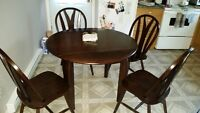 """Round dining room table + 4 chairs 42"""""""