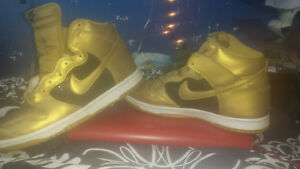 size 10.5 gold and black Nike high tops