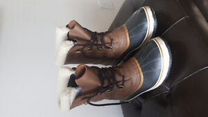 Sorels - Mens Size 11 like new barely used.