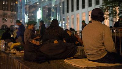Apple Fans übernachten auch vor den Läden