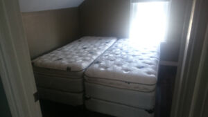 Like new - King koil pinnacle ``Split king`` matress