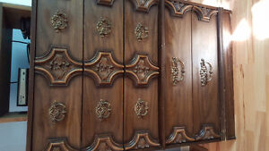 Dresser/mirror and chest of drawers