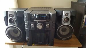 Stereo with detachable speakers