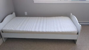 White twin bed incl. base, matress and matress pad