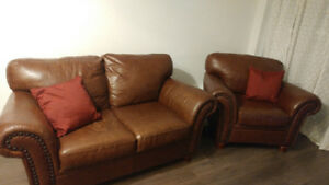 LEATHER LOVE SEAT & ARM CHAIR IN GREAT CONDITION.