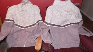2 chandails de laines fait a la main.