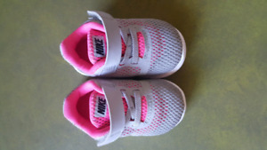 Nike running shoes size 4. Great condition.