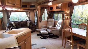Clean & bright 36' Fifth wheel RV in excellent condition