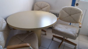 Table w. 4 chairs/ avec 4 chaises