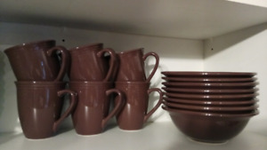 8 bowls and 6 mugs all in very good condition, $5