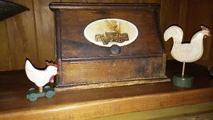 boite à pain en bois fait main, coq sur roulette et coq