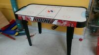 TABLE DE JEU AIR HOCKEY EN EXCELLENT CONDITION