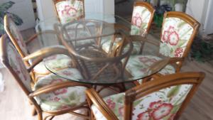 Table et chaises de cuisine style champêtre.