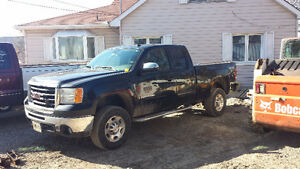 07 GMC Sierra 2500HD SLE 6.0L 4 x 4 Truck w/plow