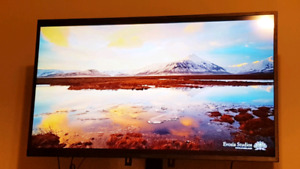 OBO! 50 inch 4k HDR Roku smart tv with tv stand!