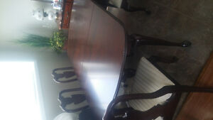 excellent kitchen table and 4 chairs