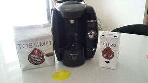 Machine à café Tassimo avec café - Tassimo brewer with pods