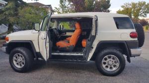 2012 Toyota FJ Cruiser 4x4 w/Heated Leather. Ultra-low KM
