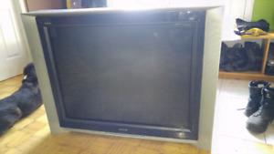 Television de trois tonnes a donner