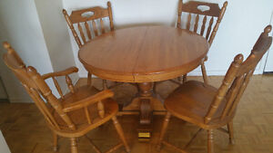 Oak wood table and chairs/ table et chaises en chaine