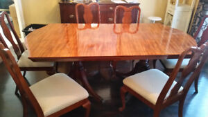 Dinning set table and 6 chairs. High end table.