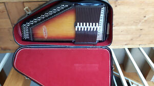 15 CHORD CHROMAHARP Model# RB1545 (case and excellent condition)