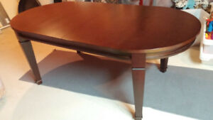 CHERRY OVAL SHAPED DINING ROOM TABLE IN GREAT CONDITION!