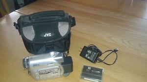 Vend caméra JVC, sac de transport, chargeur, batterie, cassettes
