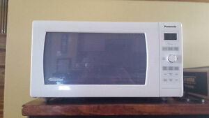 Full-Size PANASONIC 1.6 cubic foot Microwave Oven