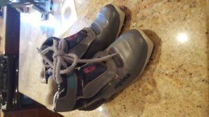 Size 5 kids youth boots NNN Binding style Alpina