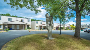 Bright 3 Bedroom 2 Bathroom Townhome Close To All Amenities
