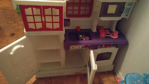 Clean, gently used country style Little Tikes kitchen.