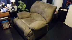 2 Reclining Chairs Olive Green (Lazy boy like)