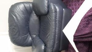 Chaise en cuir bleu marin