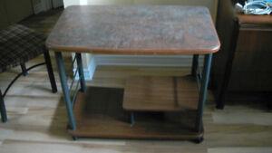 Bureau d'ordinateur en bois et métal (négotiable)