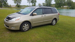 2008 Toyota Sienna LE 8 passagers new winter tires + camera