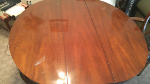 Duncan Phyfe Antique  6 Seat Dinning Table.