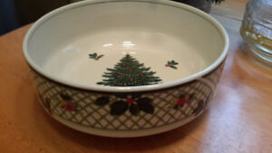 """MIKASA CHRISTMAS STORY SALAD SERVING BOWL 9/2""""  Excellent"""