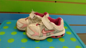 (318A) Girl's sneakers NIKE Size 5