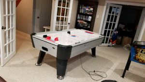 Air hockey table with electric score keeping