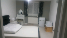 Excellent size double bed room to rent close to seven sister stations