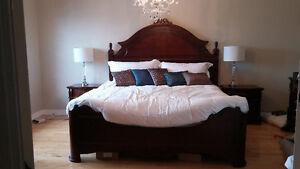 Ensemble de chambre à coucher lit king en bois très bon état.